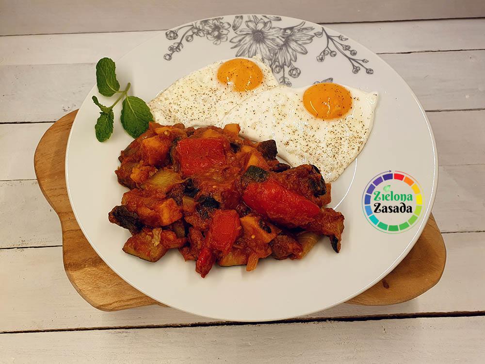 pieczone warzywa w sosie bananowo- pomidorowym z jajkami